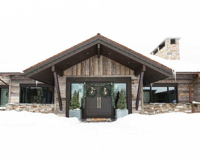 Decoración de Navidad de tonos neutros en una casa de montaña de estilo farmhouse moderno @Utrillanais