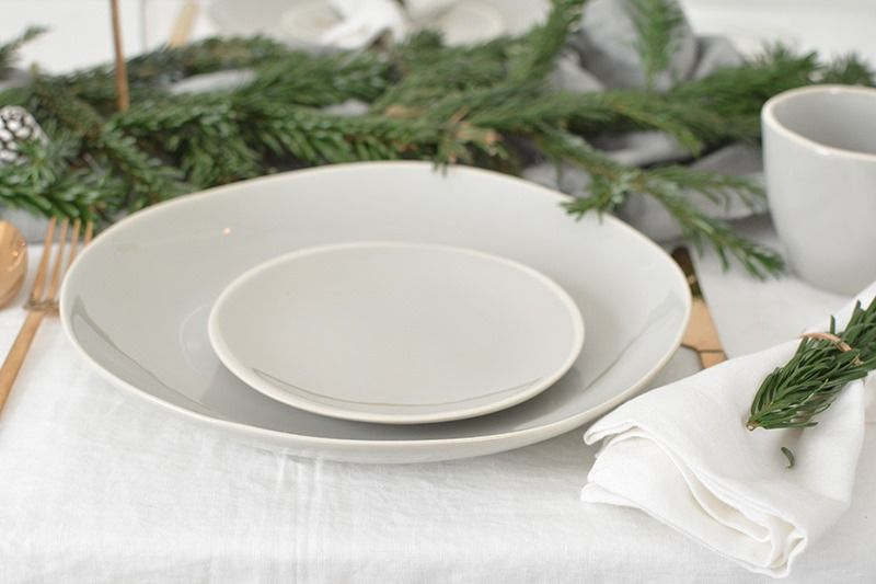 Vajilla en tonos grisáceos pálidos para una mesa de Navidad de estilo escandi @Utrillanais