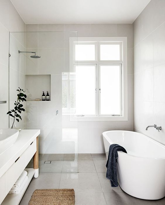 Baño en blanco y tonos naturales con las piezas en paralelo de estilo nórdico minimalista @Utrillanais