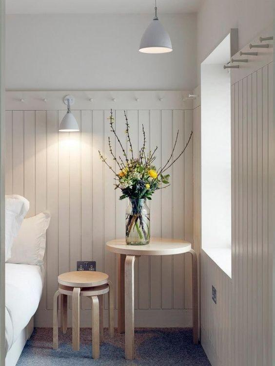 Habitación de estilo escandinavo y shaker en blanco funcional y confortable