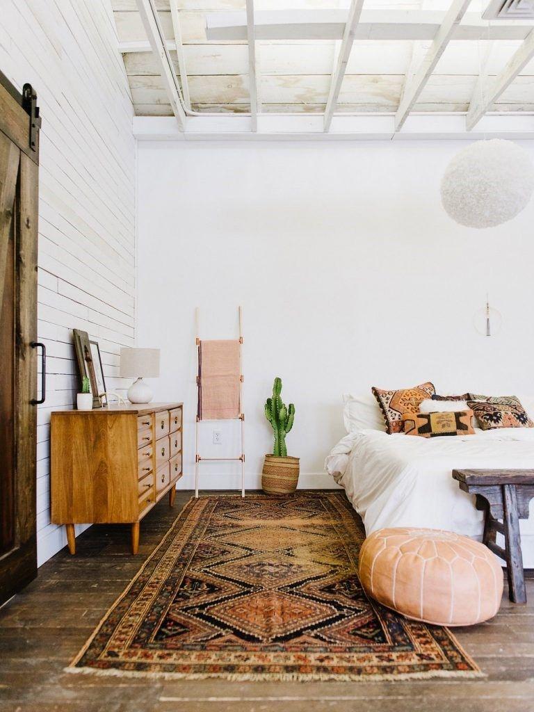Dormitorio principal de estilo nuevo boho del desierto en tonos rosados y neutros @Utrillanais