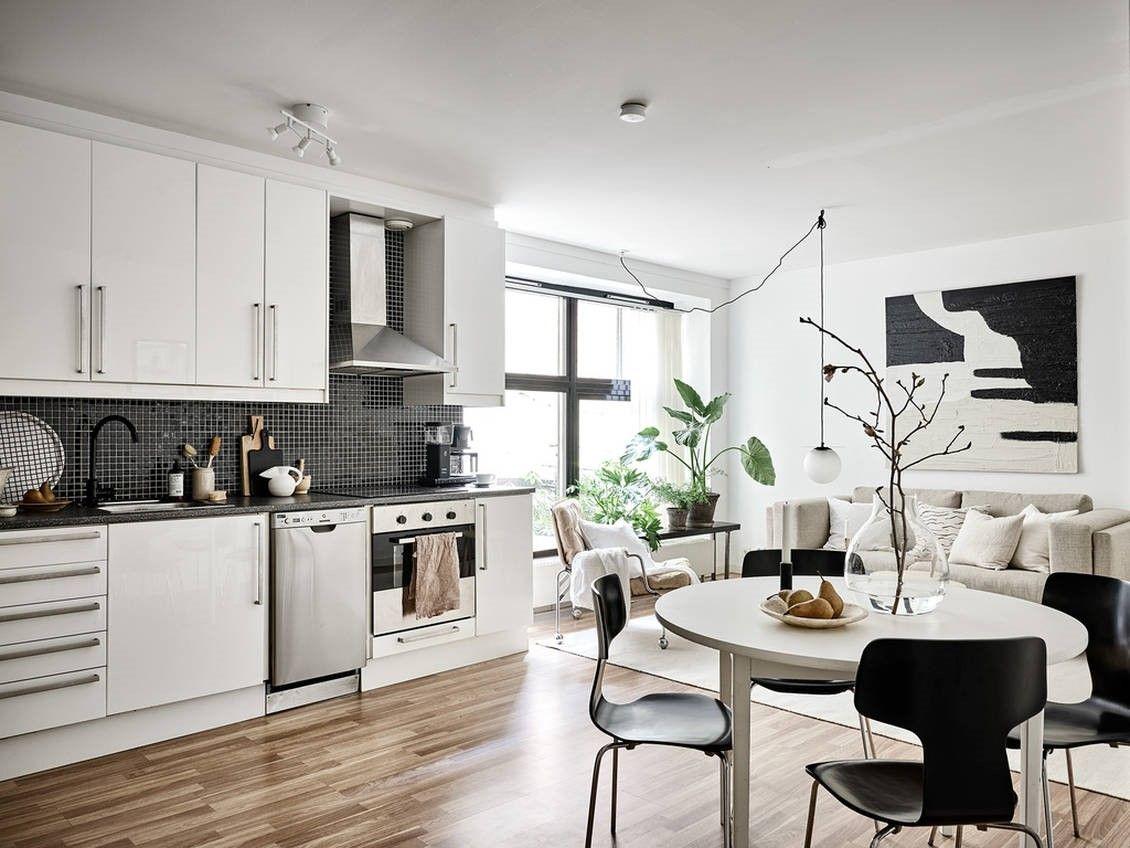 Concepto abierto de salón-comedor y cocina de estilo nuevo nórdico en tonos neutros y toques verdes @Utrillanais