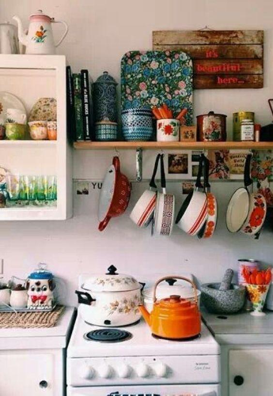 Una cocina pequeña algo abigarrada con todo a la vista, beneficios de un buen interiorismo de tu hogar para tu salud @Utrillanais