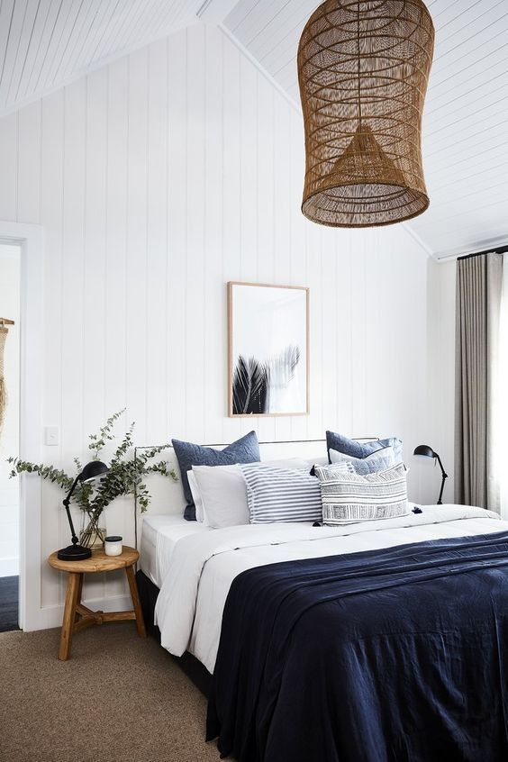 Habitación de estilo farm house moderno, ropa de cama azul oscuro, ejemplo para integrar el color pantone 2020 en tu hogar @Utrillanais