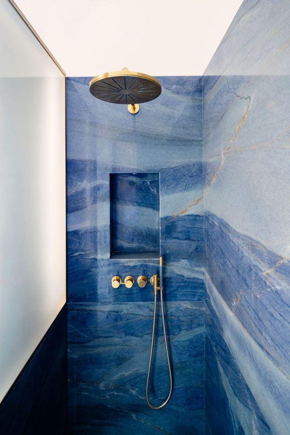 Ejemplo de pared azul (color pantone 2020), en combinación con accesorios dorados @Utrillanais