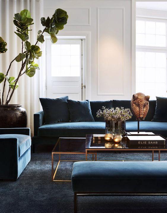 Salón con sofá azul en terciopelo como protagonista, ejemplo de cómo puedes añadir a tu decoración de interiores el color pantone 2020 @Utrillanais
