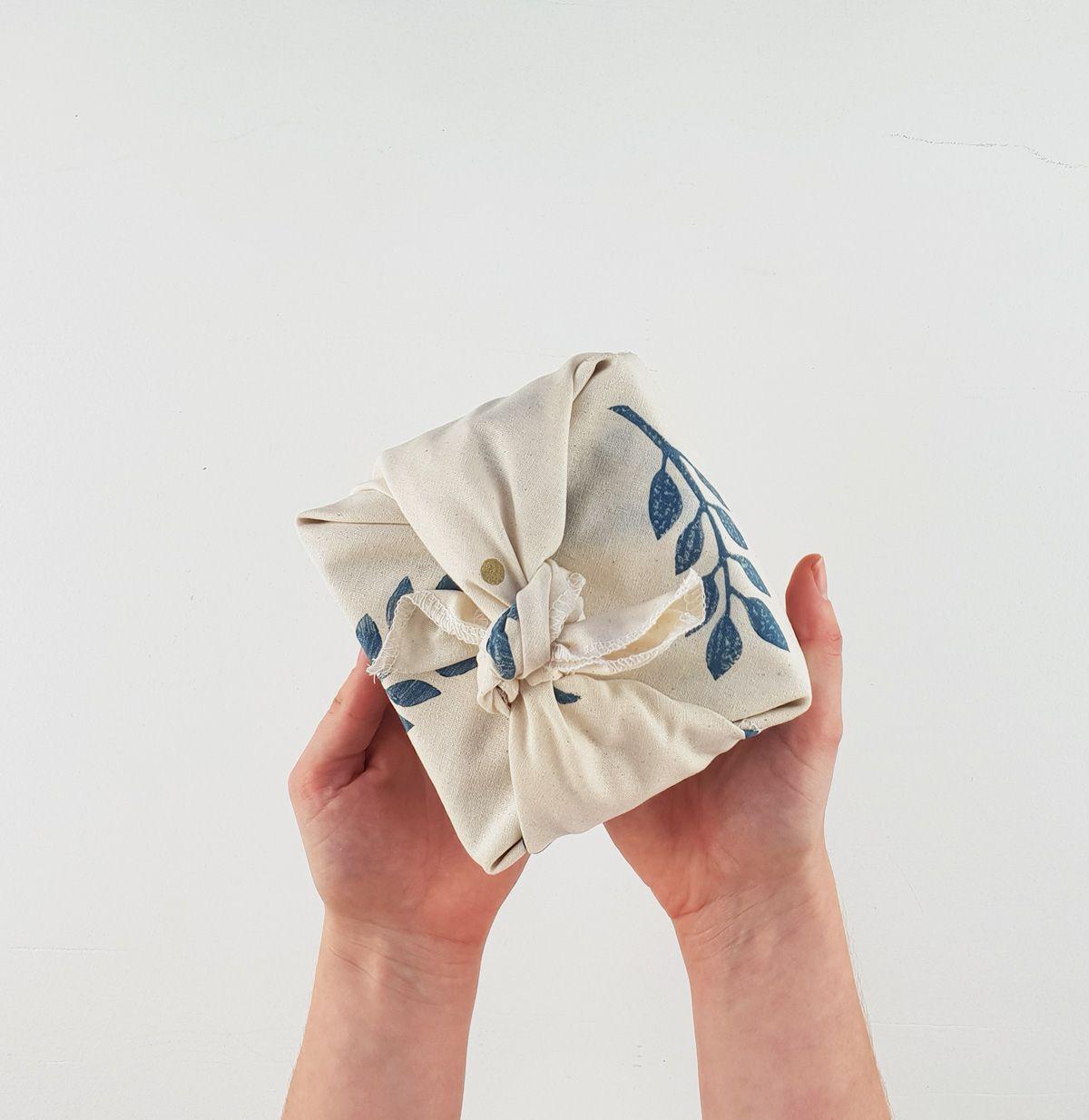 Regalo envuelto con la técnica furoshiki, tendencia decoración para Navidad 2020 @utrillanais