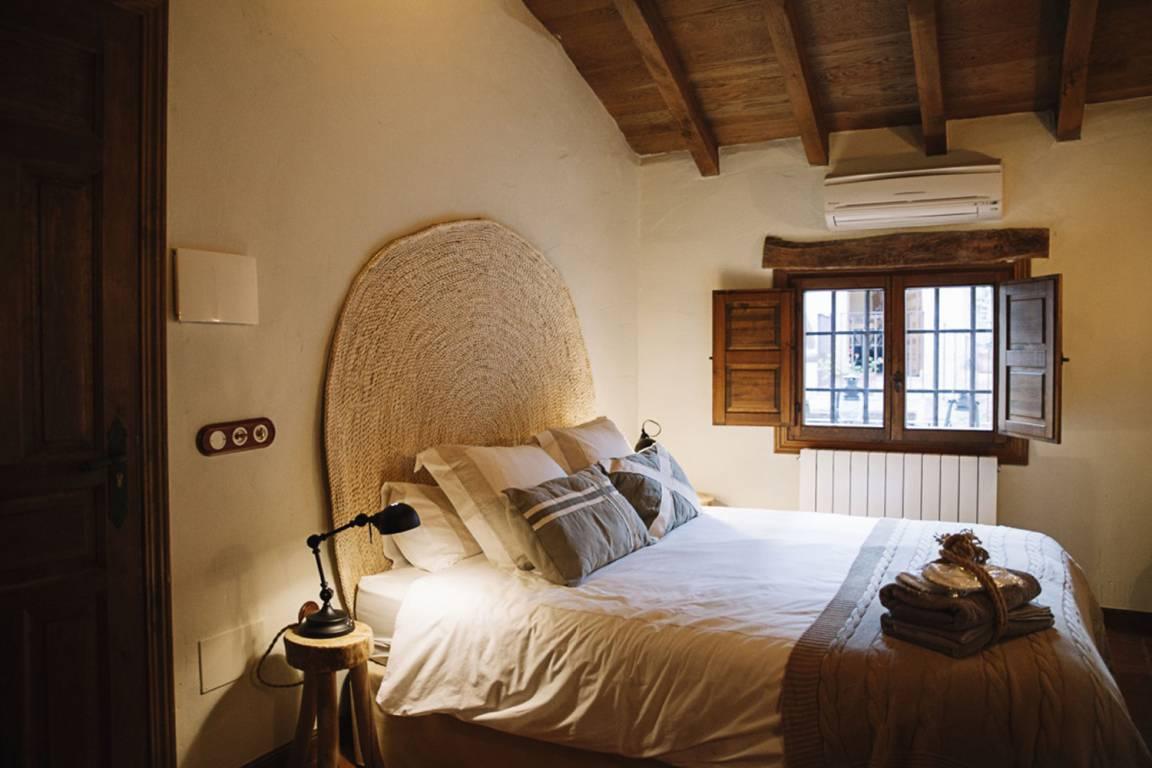 Dormitorio de estilo rústico mediterráneo de alojamiento rural, el diseño e interiorismo especializado en el estilo del cliente como estrategia para aumentar clientes #SlowTravel #TurismoRural #InteriorismoyDiseño #AnaUtrillaInteriorismo @Utrillanais