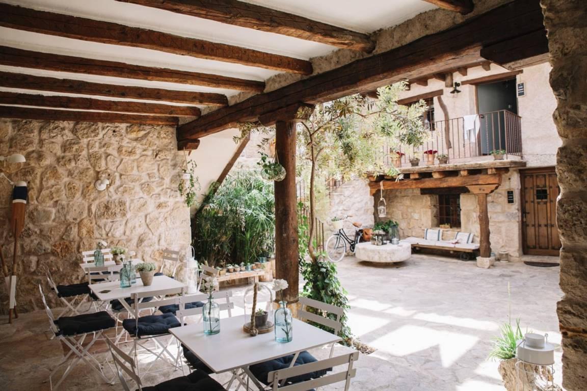 Diseño e interiorismo especializado en alojamientos turísticos rurales como estrategia para aumentar clientes, patio interior con mesas de estilo rústico mediterráneo #SlowTravel #TurismoRural #SlowInteriorDesign #InteriorismoOnline @Utrillanais
