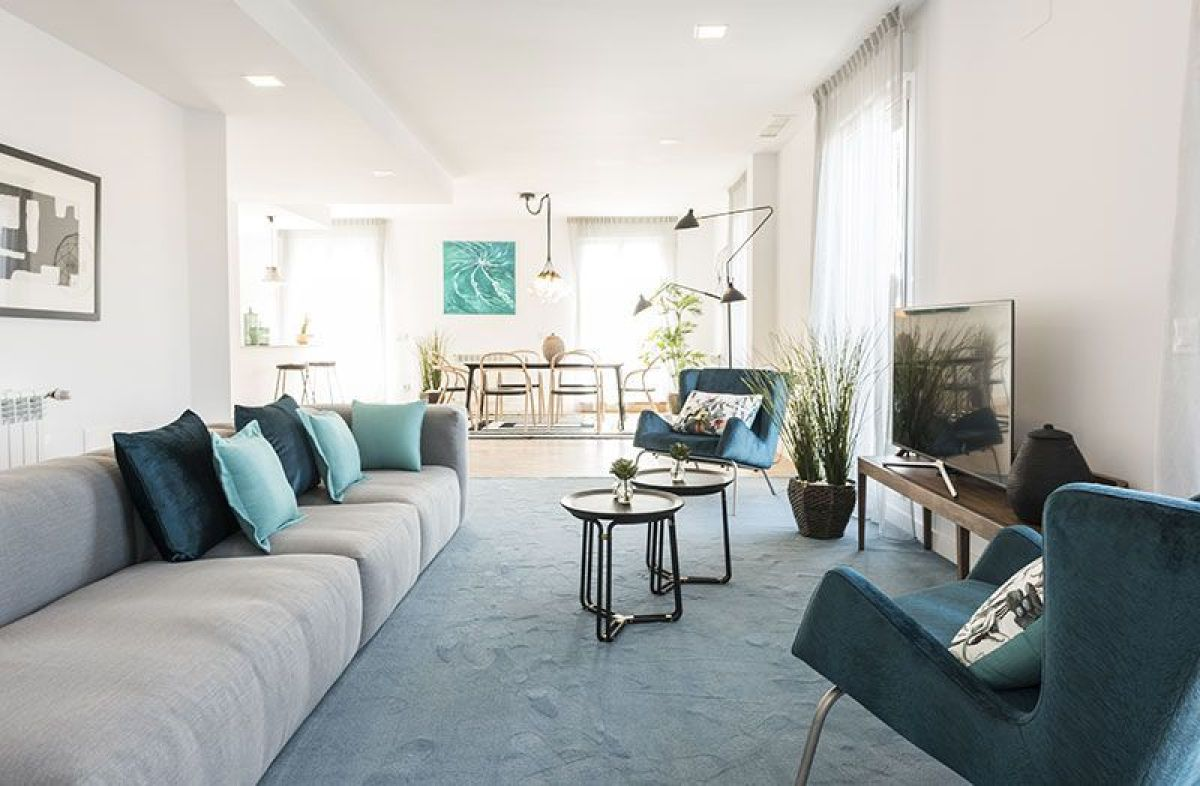 Interiorismo contemporáneo en tonos azules de un salón comedor, alojamiento turístico BeMate, ejemplos para incrementar las reservas de tu negocio #TurismoRural #InteriorismoSlow @Utrillanais
