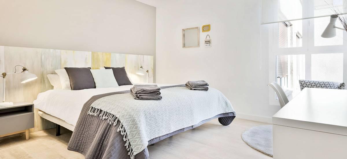 Dormitorio habitación hotel Mirador Zaragoza, diseño e interiorismo como estrategia para aumentar clientes en alojamientos turísticos rurales #SlowTravel #TurismoRural #InteriorismoOnline #SlowInteriorDesign @Utrillanais