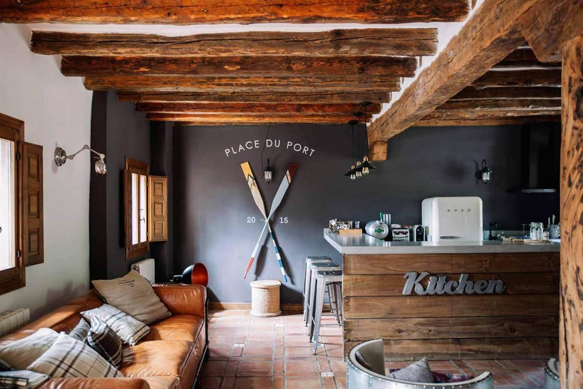 Diseño e interiorismo como estrategia para aumentar clientes en alojamiento turístico rural, cocina abierta a salón de estilo rústico-industrial #SlowTravel #TurismoRural #SlowInteriorDesign @Utrillanais