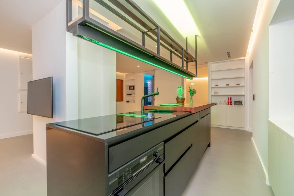 Cocina moderna con iluminación LED y domótica para completar la experiencia de los huéspedes en alojamiento rural #SlowTravel #TurismoRural #InteriorismoAlojamientoRural @Utrillanais