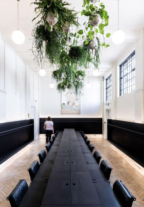 Espacio de oficinas coworking de estilo minimalista, en el que se ha incluido vegetación para aportar calidez y bienestar a la estancia, biofilia como tendencia en diseño e interiorismo 2020 @Utrillanais