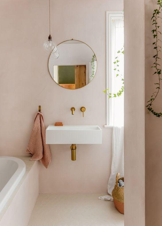 Baño de tonos rosáceos revestido en tadelakt, tendencia en color y pinturas sostenibles 2020 @Utrillanais