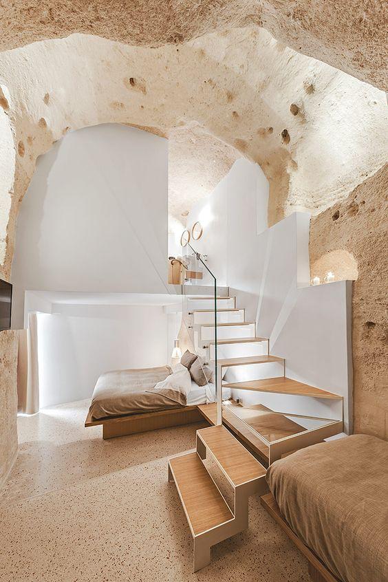 Alojamiento de hotel revestido con materiales naturales, sostenibles, en tonos claros, ambiente cálido y en calma. @Utrillanais