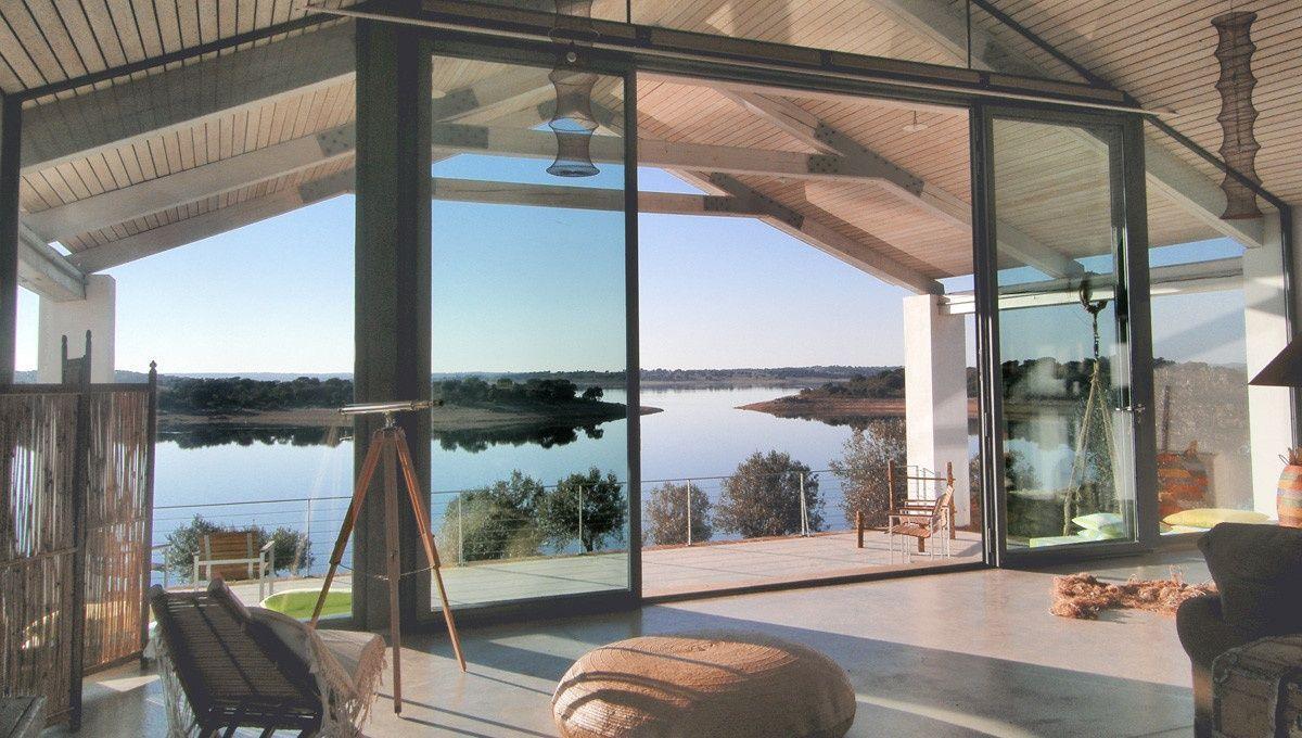 Habitación de estilo moderno e industrial con grande ventanal para ver las vistas @utrillanais
