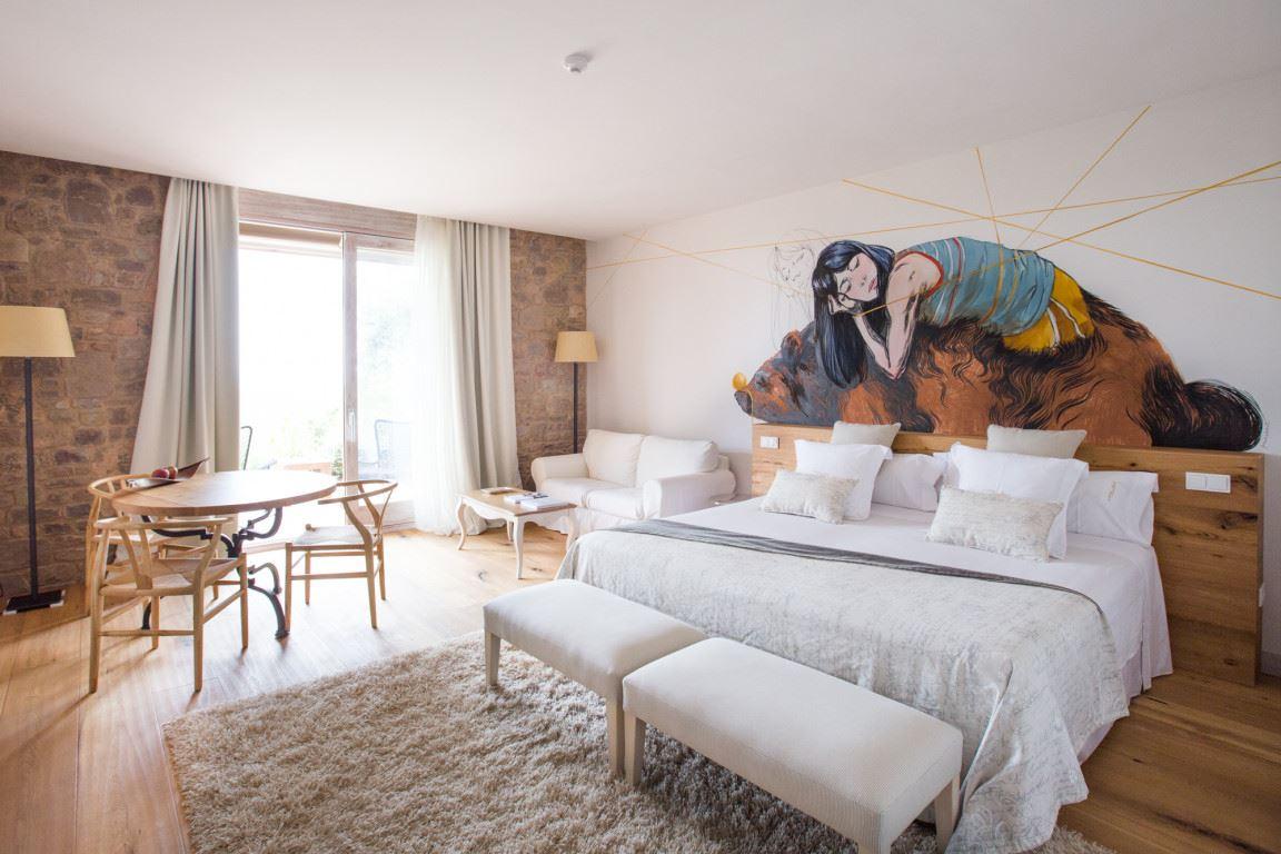 Habitación de la casa rural La Garriga de estilo rústico moderno, para experiencias gourmet #slowtravel #diseñodecasasrurales @utrillanais