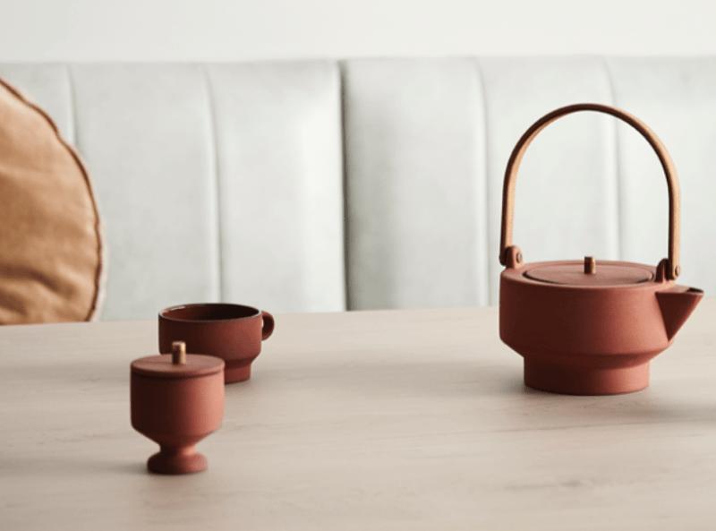 Cerámica de tonos terracota sobre mesa de tonos madera clara, de estilo japandi, tendencias diseño e interiorismo 2020 #anautrillainteriorismo @utrillanais