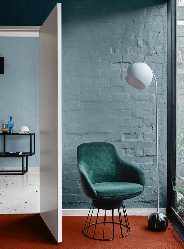Zona de salón en tonos primarios y de estilo moderno contemporáneo. Combinación de colores en tendencia 2020 @utrillanais