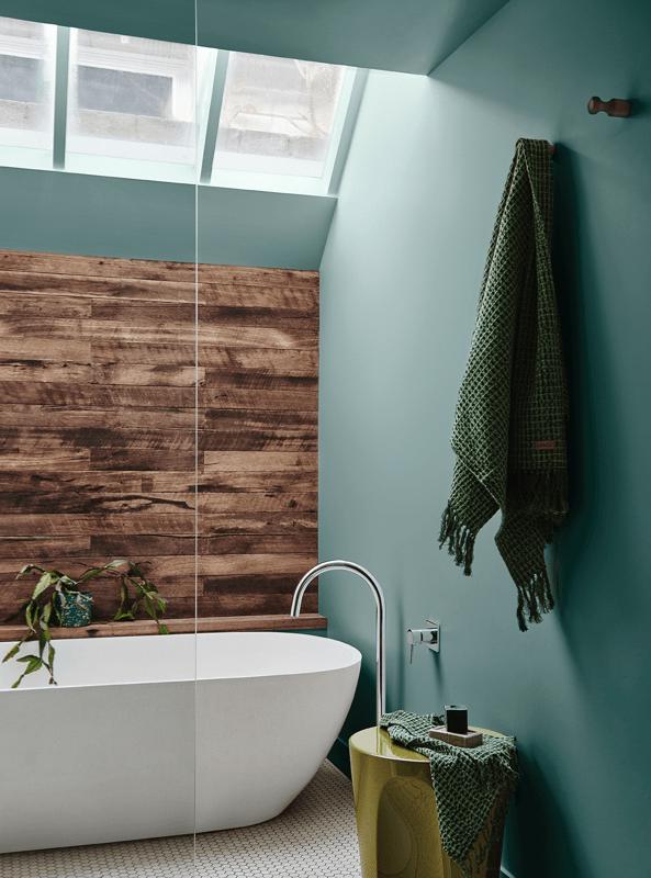 Baño de tonos azules y verdes, en contraste con madera de tonos medios. Combina colores en tendencia 2020 #anautrillainteriorismo @utrillanais