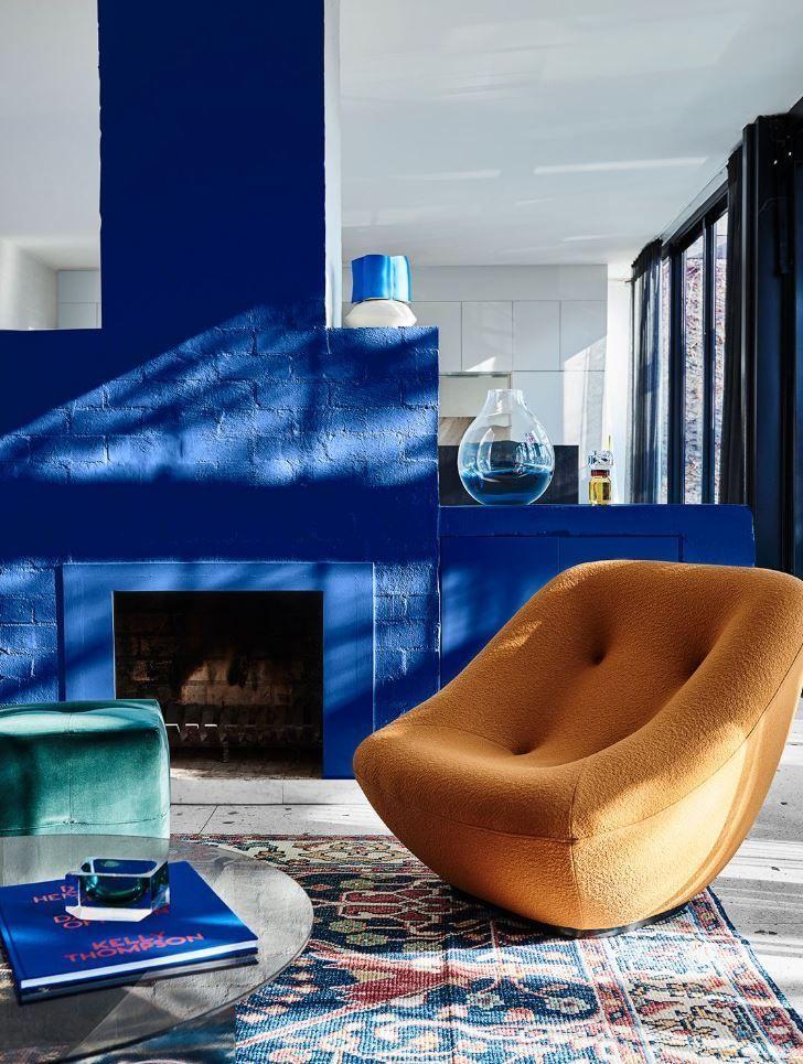 Salón de tonos azules, amarillos y rojos, primarios, y estilo moderno contemporáneo. Combinando paletas de colores en tendencia 2020 @utrillanais