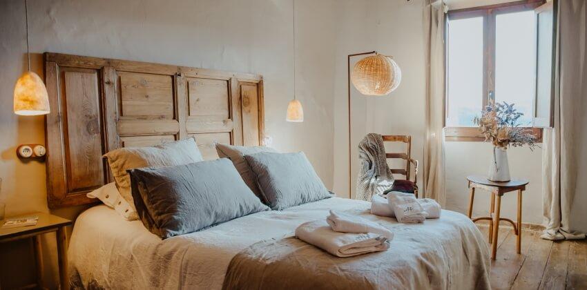 Habitación de la Masía con encanto Mas El Mir, una estancia cálida y acogedora de estilo rústico-vintage