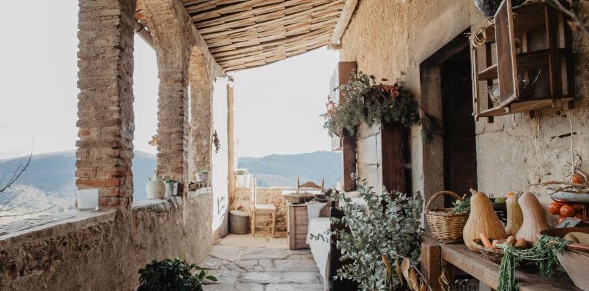 Porche de la Masía con encanto Mas El Mir, una estancia cálida y acogedora de estilo rústico-vintage