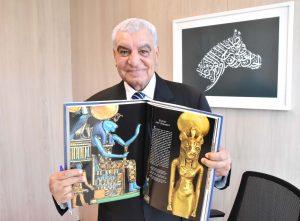 Hawass mostra livro de sua autoria