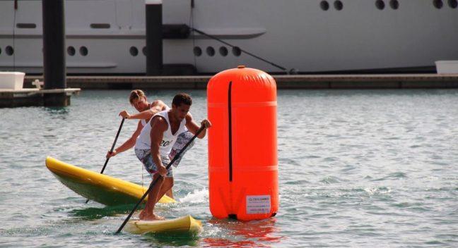 Chambers (à frente) pratica stand up paddle, modalidade de surfe