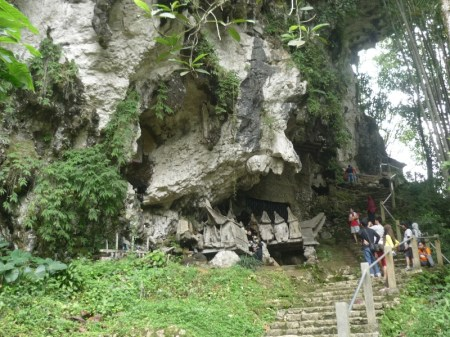 jalan tangga untuk naik ke lereng bukit