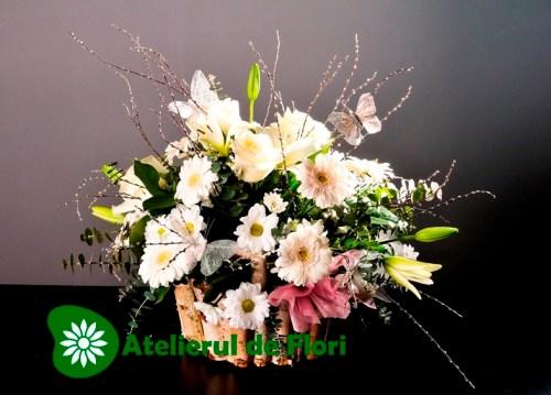 Cos cu flori albe
