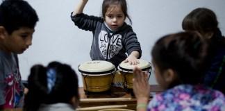nena tocando el tambor
