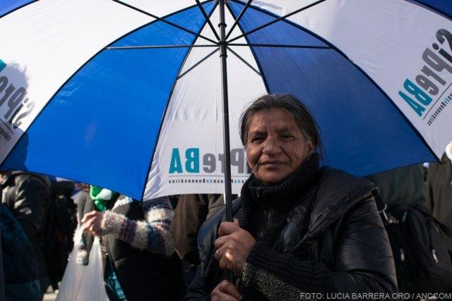 Mujer sosteniendo un paraguas de Sipreba.