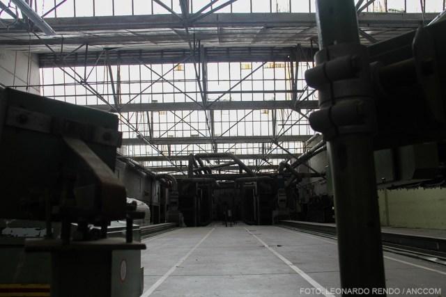 Interior de una fábrica con máquinas.