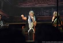 Roger Waters hablandole al público sentado en una silla