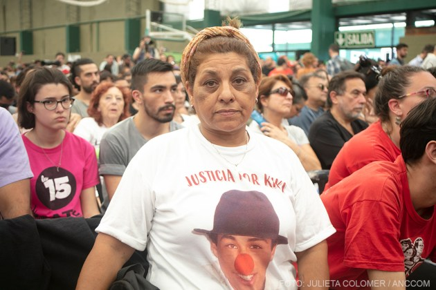 Mjer con una remera pidiendo justicia por un familiar