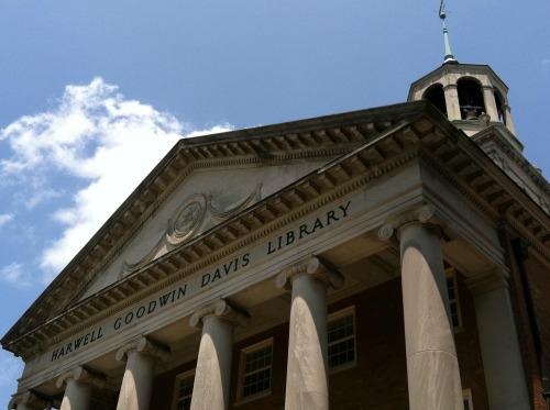 facade of the harwell goodwin davis library at samford university