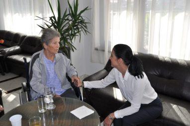 Alina Ion, de vorbă cu un beneficiar