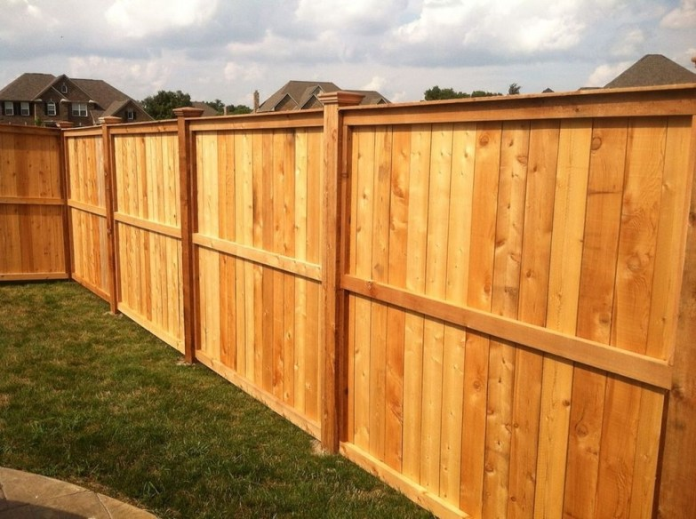 Amazing Farmhouse Privacy Fence to Perfect Your Backyard 33