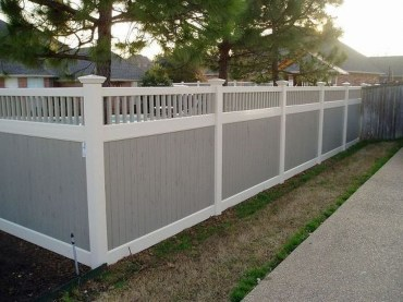 Amazing Farmhouse Privacy Fence to Perfect Your Backyard 38