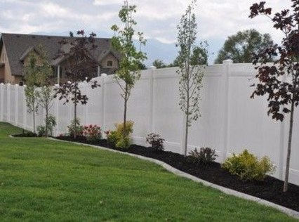 Amazing Farmhouse Privacy Fence to Perfect Your Backyard 57