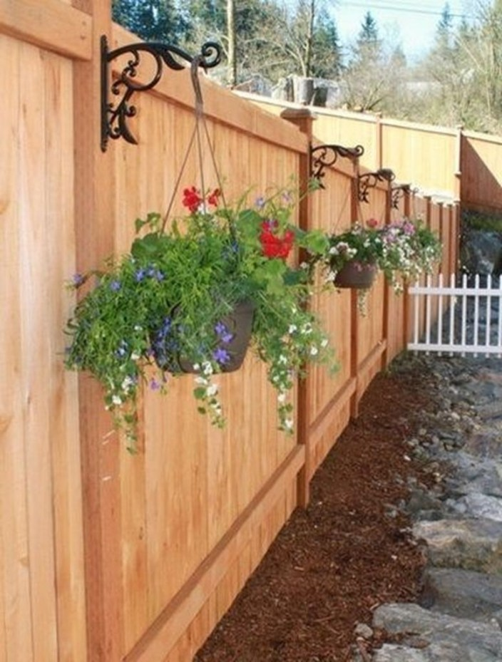 Amazing Farmhouse Privacy Fence to Perfect Your Backyard 67