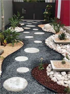 Mesmerizing Side Yard Landscaping Design Ideas to Perfect Your Garden Design 43