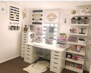 Most Comfortable Makeup Room with Mirror Decoration for Women 05