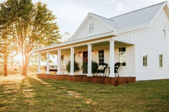 Variety of Colors Charming Exterior Design for Country Houses to Look Beautiful 18