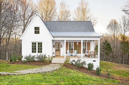 Variety of Colors Charming Exterior Design for Country Houses to Look Beautiful 41