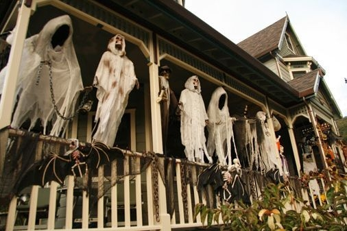 Gorgeous Halloween Ideas for Apartment Balcony This year 04