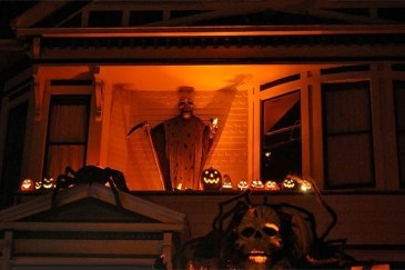Gorgeous Halloween Ideas for Apartment Balcony This year 07