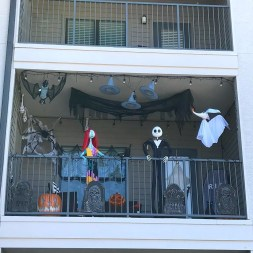 Gorgeous Halloween Ideas for Apartment Balcony This year 24